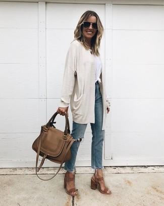 Cómo combinar: sandalias de tacón de ante marrónes, vaqueros desgastados azules, camiseta con cuello circular blanca, cárdigan abierto en beige