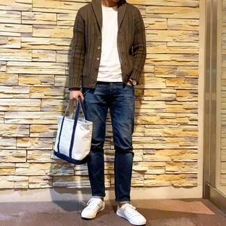 Combinar una bolsa tote de lona blanca: Haz de un cárdigan con cuello chal verde oliva y una bolsa tote de lona blanca tu atuendo transmitirán una vibra libre y relajada. Con el calzado, sé más clásico y opta por un par de tenis blancos.