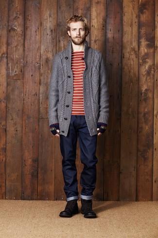 Cómo combinar: botas casual de cuero en marrón oscuro, vaqueros azul marino, camiseta con cuello circular de rayas horizontales en rojo y blanco, cárdigan de punto en gris oscuro