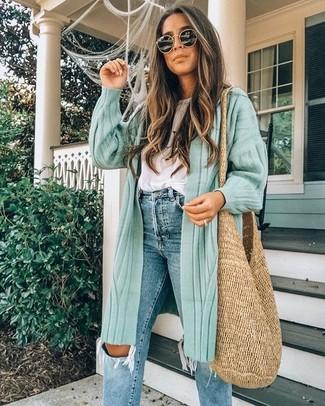 Cómo combinar: bolsa tote de paja marrón claro, vaqueros desgastados azules, camiseta con cuello circular blanca, cárdigan largo en verde menta