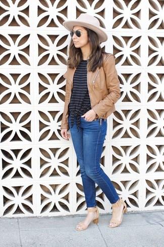 Cómo combinar: sandalias de tacón de cuero marrón claro, vaqueros azules, camiseta con cuello circular de rayas horizontales en negro y blanco, cazadora de aviador de cuero marrón claro