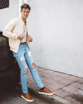 Cómo combinar: tenis de cuero marrónes, vaqueros desgastados celestes, camiseta con cuello circular en beige, cazadora de aviador en beige