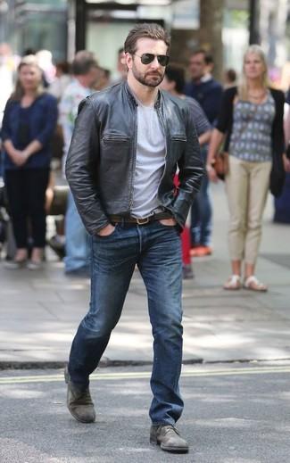 Cómo combinar: zapatos derby de cuero grises, vaqueros azules, camiseta con cuello circular gris, cazadora de aviador de cuero negra