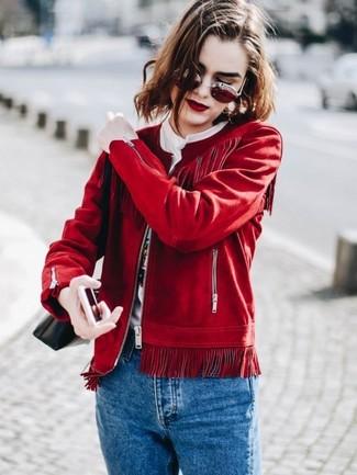 Cómo combinar: bolso bandolera de cuero negro, vaqueros azules, camiseta con cuello circular estampada blanca, cazadora de aviador de ante roja