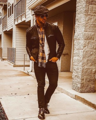 Combinar una gorra inglesa en marrón oscuro: Elige una cazadora de aviador de cuero negra y una gorra inglesa en marrón oscuro para un look agradable de fin de semana. Con el calzado, sé más clásico y complementa tu atuendo con botas safari de cuero negras.