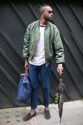 Cómo combinar: mocasín de ante en marrón oscuro, vaqueros azules, camiseta con cuello circular blanca, cazadora de aviador verde oliva