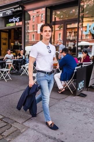 Cómo combinar: mocasín de ante azul marino, vaqueros celestes, camiseta con cuello circular blanca, cazadora harrington azul marino