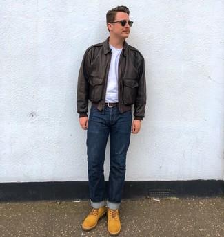 Cómo combinar: botas casual de ante marrón claro, vaqueros azul marino, camiseta con cuello circular blanca, cazadora harrington de cuero en marrón oscuro