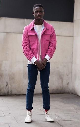 Combinar unas zapatillas altas de lona blancas: Elige una cazadora harrington rosa y unos vaqueros azul marino para conseguir una apariencia relajada pero elegante. Si no quieres vestir totalmente formal, opta por un par de zapatillas altas de lona blancas.