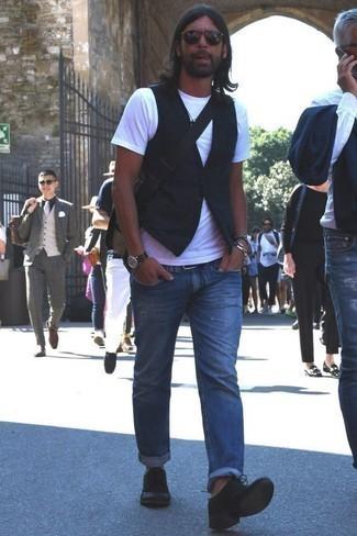 Combinar un reloj de cuero en marrón oscuro: Considera ponerse un chaleco de vestir negro y un reloj de cuero en marrón oscuro para una vestimenta cómoda que queda muy bien junta. Complementa tu atuendo con zapatos derby de ante negros para mostrar tu inteligencia sartorial.