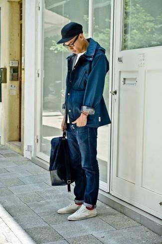 Combinar una mochila de lona azul marino: Para un atuendo tan cómodo como tu sillón considera emparejar una chaqueta campo azul marino junto a una mochila de lona azul marino. Tenis de lona blancos añaden la elegancia necesaria ya que, de otra forma, es un look simple.