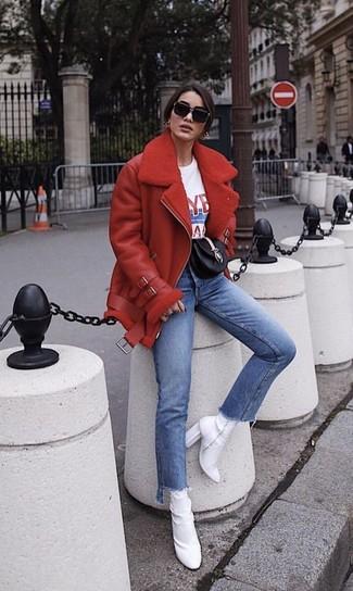 Cómo combinar: botines de elástico blancos, vaqueros azules, camiseta con cuello circular estampada en blanco y rojo, chaqueta de piel de oveja roja