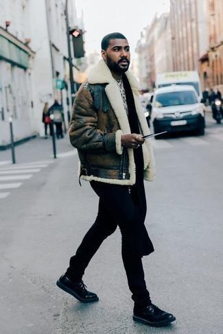 Outfits hombres en clima fresco: Para un atuendo que esté lleno de caracter y personalidad empareja una chaqueta de piel de oveja marrón con unos vaqueros negros. ¿Te sientes valiente? Opta por un par de zapatos derby de cuero negros.