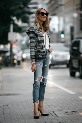 Cómo combinar: zapatos de tacón de ante negros, vaqueros desgastados azules, camiseta con cuello circular blanca, chaqueta de tweed en negro y blanco