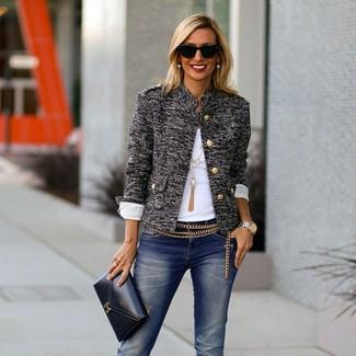 Cómo combinar: cartera sobre de cuero negra, vaqueros desgastados azul marino, camiseta con cuello circular blanca, chaqueta de tweed gris
