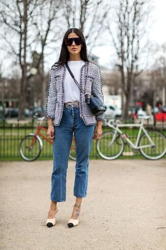Cómo combinar: zapatos de tacón de cuero en negro y marrón claro, vaqueros azules, camiseta con cuello circular blanca, chaqueta de tweed gris