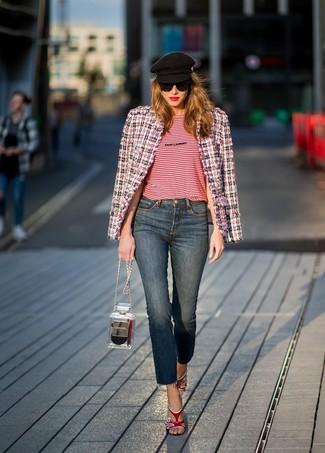Cómo combinar: sandalias de tacón de cuero rojas, vaqueros azul marino, camiseta con cuello circular de rayas horizontales roja, chaqueta de tweed en blanco y rojo y azul marino