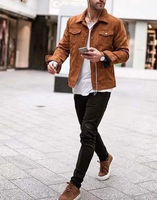 Cómo combinar: tenis de ante marrónes, vaqueros de pana negros, camiseta con cuello circular blanca, chaqueta estilo camisa de ante en tabaco
