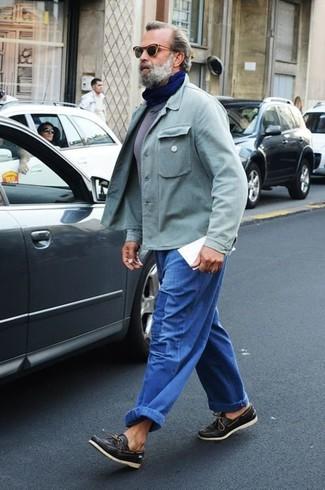 Cómo combinar: náuticos de cuero negros, vaqueros azules, camiseta con cuello circular gris, chaqueta estilo camisa en verde menta