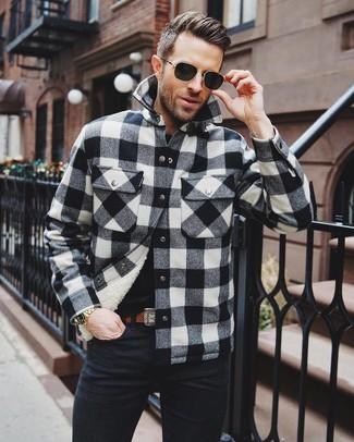 Cómo combinar: correa de cuero marrón, vaqueros negros, camiseta con cuello circular negra, chaqueta estilo camisa a cuadros en negro y blanco