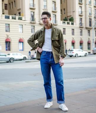 Cómo combinar: tenis blancos, vaqueros azules, camiseta con cuello circular blanca, chaqueta estilo camisa verde oliva