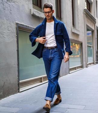 Cómo combinar: mocasín de ante marrón, vaqueros azules, camiseta con cuello circular blanca, chaqueta estilo camisa de lana azul marino