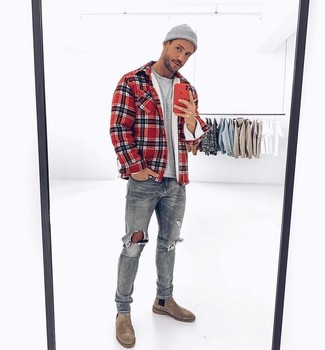 Cómo combinar: botines chelsea de ante grises, vaqueros desgastados grises, camiseta con cuello circular gris, chaqueta estilo camisa de tartán roja