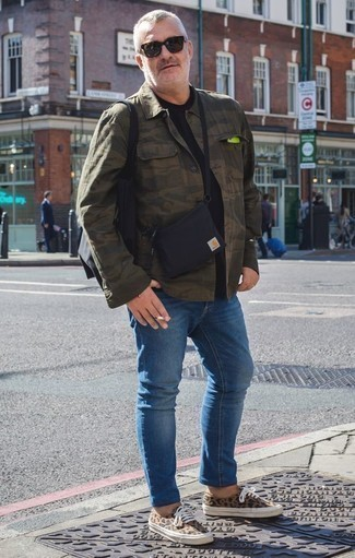 Combinar una bolsa tote de lona negra: Intenta combinar una chaqueta estilo camisa de camuflaje verde oliva con una bolsa tote de lona negra para un look agradable de fin de semana. Tenis de lona de leopardo marrón claro dan un toque chic al instante incluso al look más informal.
