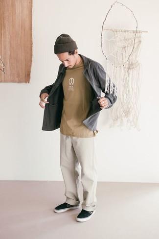 Combinar una camiseta con cuello circular estampada marrón claro: Equípate una camiseta con cuello circular estampada marrón claro con unos vaqueros blancos para un look agradable de fin de semana. ¿Te sientes valiente? Complementa tu atuendo con zapatillas slip-on de lona negras.