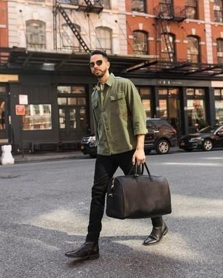 Outfits hombres en clima cálido: Elige una chaqueta estilo camisa verde oliva y unos vaqueros negros para una apariencia fácil de vestir para todos los días. ¿Te sientes valiente? Opta por un par de botines chelsea de cuero en marrón oscuro.