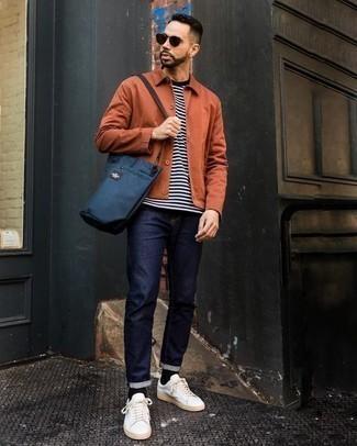 Outfits hombres en clima cálido: Para crear una apariencia para un almuerzo con amigos en el fin de semana intenta combinar una chaqueta estilo camisa naranja con unos vaqueros azul marino. ¿Quieres elegir un zapato informal? Completa tu atuendo con tenis de lona blancos para el día.