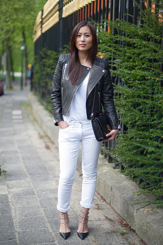 Cómo combinar: zapatos de tacón de cuero negros, vaqueros blancos, camiseta con cuello circular blanca, chaqueta motera de cuero negra