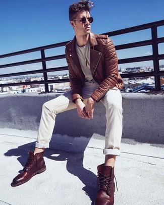 Cómo combinar: botas casual de cuero marrónes, vaqueros en beige, camiseta con cuello circular en beige, chaqueta motera de cuero marrón