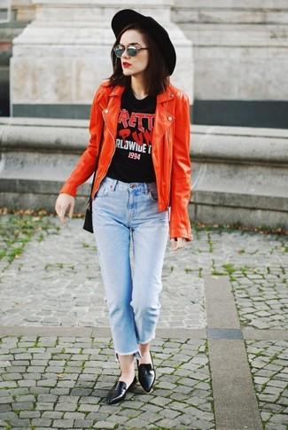 Cómo combinar: mocasín de cuero negros, vaqueros celestes, camiseta con cuello circular estampada negra, chaqueta motera de cuero roja
