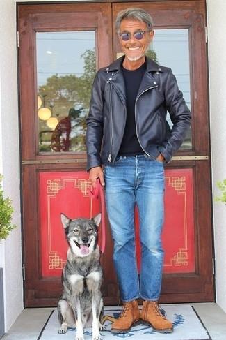 Cómo combinar: botas de trabajo de ante marrónes, vaqueros azules, camiseta con cuello circular negra, chaqueta motera de cuero negra