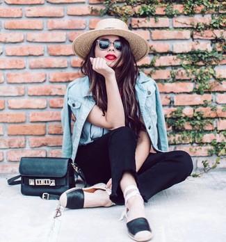 Combinar un sombrero de paja en beige: Empareja una chaqueta vaquera celeste junto a un sombrero de paja en beige transmitirán una vibra libre y relajada. ¿Te sientes valiente? Opta por un par de alpargatas de cuero negras.