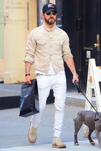 Cómo combinar: botas casual de ante en beige, vaqueros blancos, camiseta con cuello circular blanca, chaqueta vaquera en beige