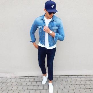 Cómo combinar: tenis de cuero blancos, vaqueros azul marino, camiseta con cuello circular blanca, chaqueta vaquera azul