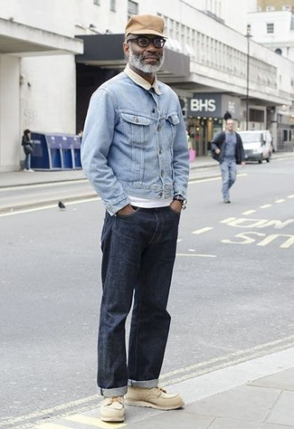 Cómo combinar: botas de trabajo de cuero en beige, vaqueros azul marino, camiseta con cuello circular blanca, chaqueta vaquera celeste