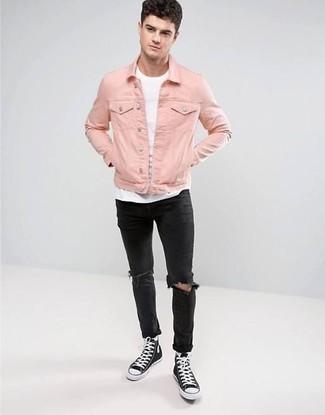 Combinar unos calcetines blancos: Para un atuendo tan cómodo como tu sillón elige una chaqueta vaquera rosada y unos calcetines blancos. Dale onda a tu ropa con zapatillas altas de lona en negro y blanco.