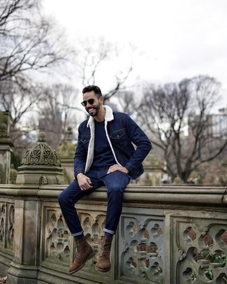 Combinar unos calcetines azul marino: Equípate una chaqueta vaquera azul marino con unos calcetines azul marino para un look agradable de fin de semana. Con el calzado, sé más clásico y elige un par de botas casual de ante marrónes.