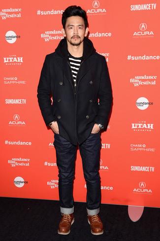 Cómo combinar: botas casual de cuero en tabaco, vaqueros negros, camiseta con cuello circular de rayas horizontales en blanco y negro, chaquetón negro