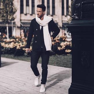Cómo combinar: zapatillas altas de cuero blancas, vaqueros negros, camiseta con cuello circular blanca, chaquetón negro