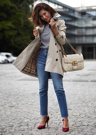 Cómo combinar: zapatos de tacón de ante burdeos, vaqueros azules, camiseta con cuello circular de rayas horizontales en blanco y negro, gabardina en beige