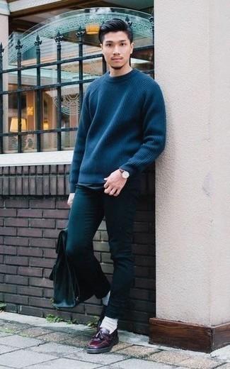 Combinar una mochila de cuero verde oliva: Para un atuendo tan cómodo como tu sillón haz de un jersey con cuello circular azul marino y una mochila de cuero verde oliva tu atuendo. Con el calzado, sé más clásico y haz mocasín con borlas de cuero burdeos tu calzado.