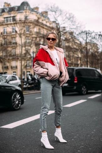 Cómo combinar: botines de elástico blancos, vaqueros grises, camiseta con cuello circular estampada en blanco y negro, plumífero rosado