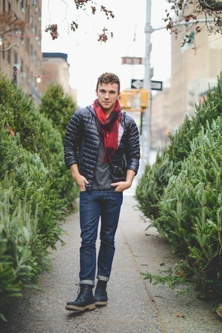 Combinar una bufanda de tartán roja en otoño 2020: Casa un plumífero ligero azul marino con una bufanda de tartán roja para un look agradable de fin de semana. Botas de trabajo de cuero azul marino son una opción atractiva para complementar tu atuendo. Es un atuendo a tener en cuenta para copiar este otoño.