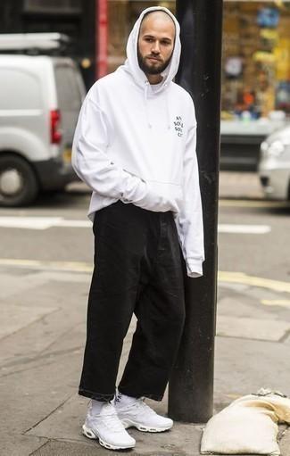 Combinar una sudadera con capucha blanca: Empareja una sudadera con capucha blanca junto a unos vaqueros negros para un look diario sin parecer demasiado arreglada. Si no quieres vestir totalmente formal, opta por un par de deportivas blancas.