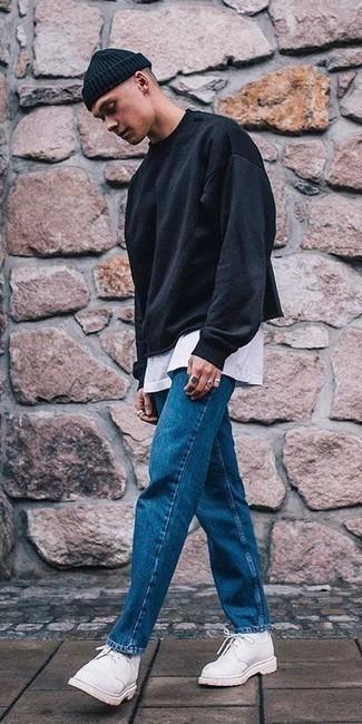 Combinar unos zapatos derby de ante blancos: Utiliza una sudadera negra y unos vaqueros azules para conseguir una apariencia relajada pero elegante. Con el calzado, sé más clásico y completa tu atuendo con zapatos derby de ante blancos.
