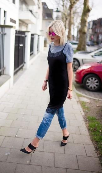 Cómo combinar: chinelas de ante negras, vaqueros azules, camiseta con cuello circular gris, vestido camisola de encaje negro